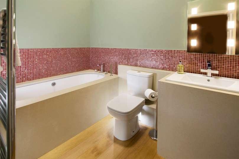 Idee e soluzioni originali su come rivestire le pareti del bagno - Finto mosaico bagno ...